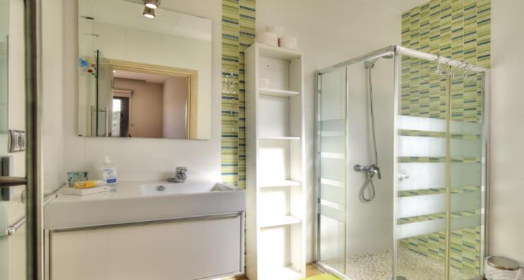 Milchglasfolie: Auch im Bad ein echter Blickfang
