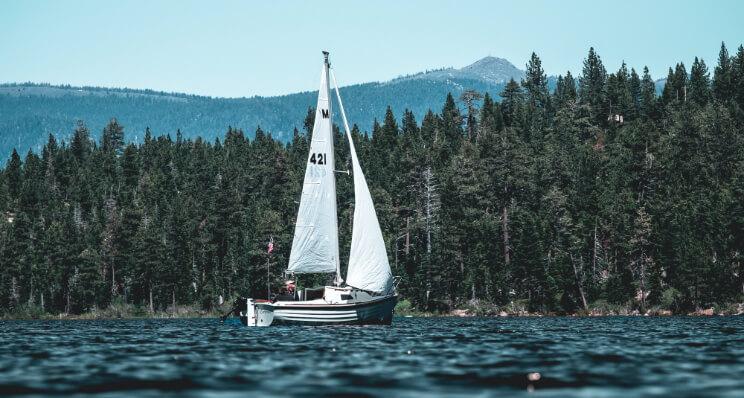 Segelboot mit Klebeschrift