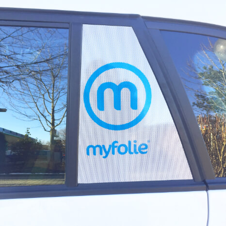 Beispiel für Lochfolie auf einem Seitenfenster